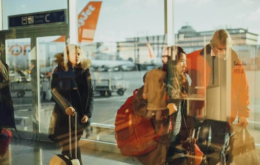 pasazerowie-na-lotnisku