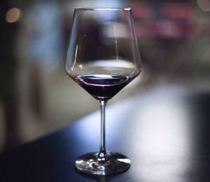 Smukły kieliszek do wina