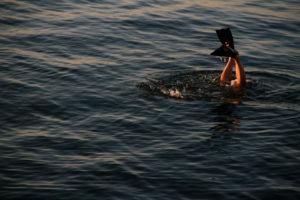 nurek w płetwach schodzący pod wodę