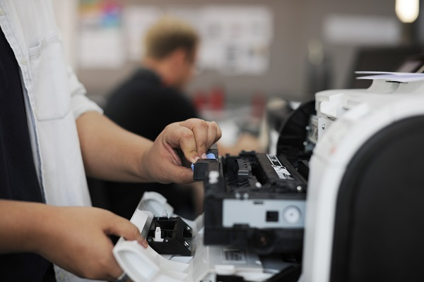 ręce otwierające drukarkę