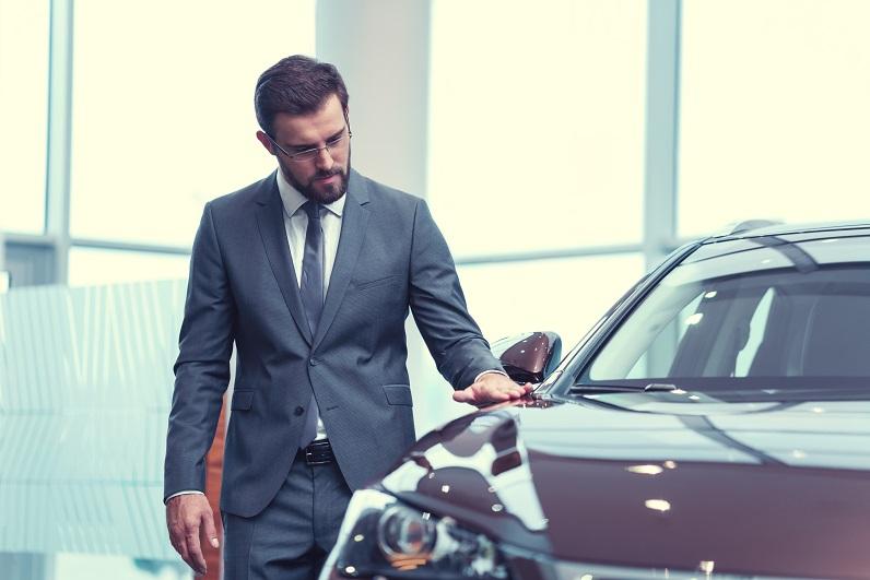 mężczyzna przy samochodzie