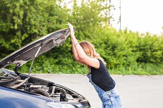 kobieta przy zepsutym samochodzie